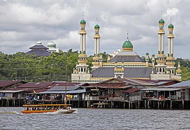 Tourist boat past the Jame' Asr Hassanil Bolkiah mosque in Bandar Seri Begawan, Brunei, Southeast Asia, Asia