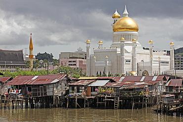 Boats and water village with Omar Ali Saifuddien mosque in Bandar Seri Begawan, Brunei, Southeast Asia, Asia