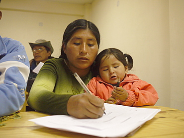 BOLIVIA FUNDAWI: training a group at the FUNDAWI office in La Paz
