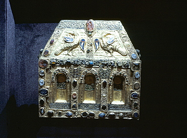 Reliquary de Pepin dating from 9th to 11th centuries, Treasury of Ste. Foy, Conques, Midi-Pyrenees, France, Europe