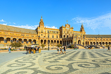 Horse-drawn carriage, Plaza de Espana, built for the Ibero-American Exposition of 1929, Seville, Andalucia, Spain, Europe