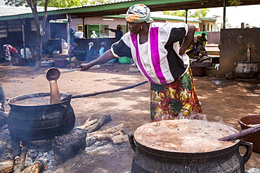 The women of Kasalagu Womens Cooperative making Organic Shea butter for Tama, Tamale, Northern Region, Ghana, West Africa, Africa