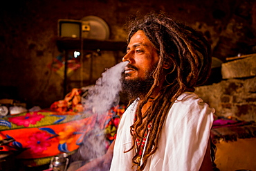 Holy man smoking, Jaipur, Rajasthan, India, Asia