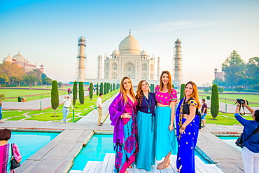 Tourists in saris standing in front of the Taj Mahal, UNESCO World Heritage Site, Agra, Uttar Pradesh, India, Asia