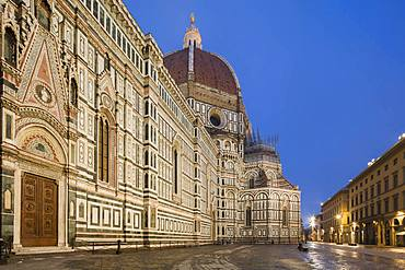 Looking along the side of the cathedral, Santa Maria del Fiore, with a deserted Piazza Del Duomo in the early morning hours, Florence, UNESCO World Heritage Site, Tuscany, Italy, Europe