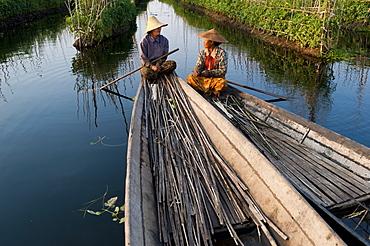 Women take a break while working in the floating gardens on Inle Lake, Shan State, Myanmar (Burma), Asia