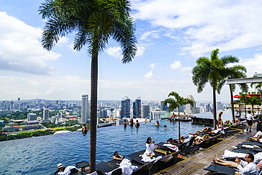Infinity pool on the roof of the Marina Bay Sands Hotel with spectacular views over the Singapore skyline, Singapore, Southeast Asia, Asia
