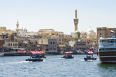 Abras, traditional water taxis crossing Dubai Creek between Deira and Bur Dubai, Dubai, United Arab Emirates, Middle East