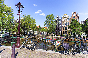 Tourist boat on Brouwersgracht canal, Amsterdam, North Holland, The Netherlands, Europe