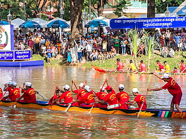 Boat racing at the Water and Moon Festival (Bon Om Tuk), Siem Reap, Cambodia, Indochina, Southeast Asia, Asia