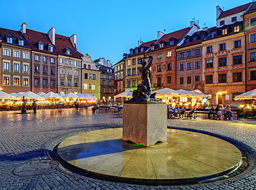 Old Town Market Place and the Warsaw Mermaid at twilight, Warsaw, Masovian Voivodeship, Poland, Europe