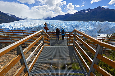 Two visitors at Perito Moreno Glacier in the Parque Nacional de los Glaciares (Los Glaciares National Park), UNESCO World Heritage Site, Patagonia, Argentina, South America - 1248-14