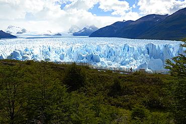Silhouette of a visitors walking the passageway at Perito Moreno Glaciar in Parque Nacional de los Glaciares, UNESCO World Heritage Site, Patagonia, Argentina, South America