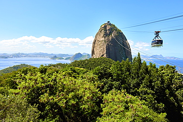 Cable car heading to Sugarloaf mountain seen from Morro da Urca, the first stop of the cable car, Rio de Janeiro, Brazil, South America