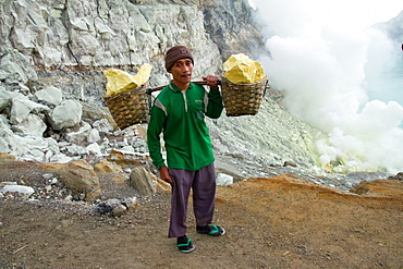Sulphur miner of Ijen volcano, Eastern Java, Indonesia, Southeast Asia, Asia