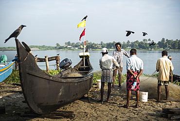 Fishermen on Mahatma Gandhi Beach, Fort Kochi (Cochin), Kerala, India, Asia