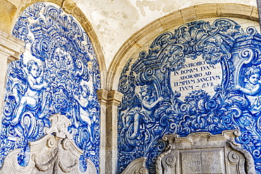 Decoration in the Se do Porto (Porto Cathedral) cloister with blue and white painted tin-glazed ceramic tiles (Azulejos), Porto, Portugal, Europe