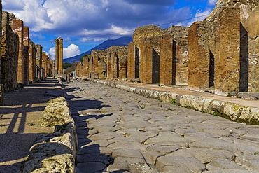 Wide street lined with plebeians houses and structured formation of cobblestoned path with higher kerbs to wash away debris, Pompeii, UNESCO World Heritage Site, Campania, Italy, Europe