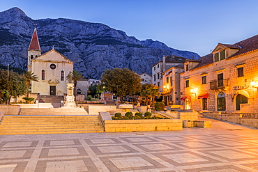 St. Mark's Church on the main square of Makarska with the Biokovo mountain range in the background, Makarska, Croatia, Europe