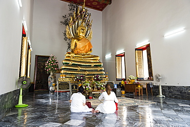 Two ladies praying at Wat Pho (Wat Phra Chetuphon) (Temple of the Reclining Buddha), Bangkok, Thailand, Southeast Asia, Asia