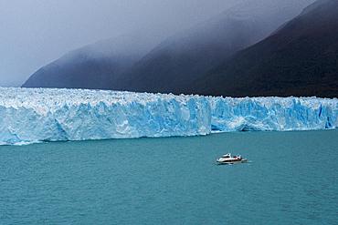 Tourist boat in front of Perito Moreno Glacier in Los Glaciares National Park, UNESCO World Heritage Site, Santa Cruz Province, Patagonia, Argentina, South America