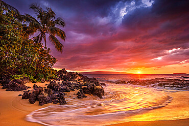 Sunset on the ocean at Pa'ako Beach (Secret Cove). Maui, Hawaii