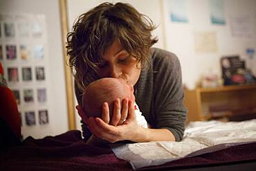 Postnatal haptonomy session with a couple. After the birth, the professional offers sessions with the newborn baby.