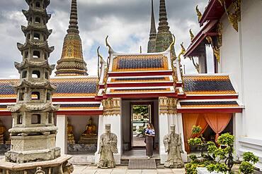 Courtyard, in Wat Pho (Wat Po), Temple of the Reclining Buddha, Bangkok, Thailand
