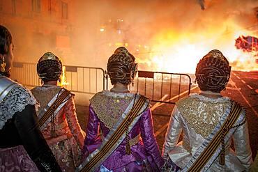 Girls of the municipal court of honor child watching the burning of municipal Infantil Falla