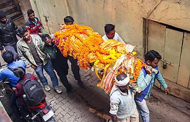 People carry a body, to burn, going to Manikarnika Ghat, the burning ghat, Varanasi, Uttar Pradesh, India.
