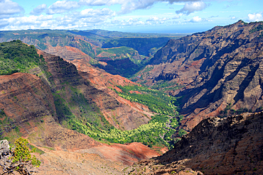 "Waimea Canyon, the ""Grand Canyon of the Pacific"", viewed from the Puu Hinahina lookout, Kauai, Hawaii, USA"