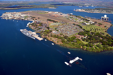 """Aerial view of Ford Island with Arizona Memorial and USS Missouri, the """"Mighty Mo"""" ship, docked at Pearl Harbor, Oahu, Hawaii, USA"""