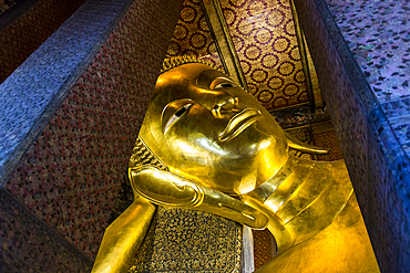 Gold Reclining Buddha in Wat Pho temple