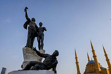 Martyrs sculpture and  Square, monument to Lebanese nationalists killed here by the Ottomans in 1915, in background Mohammad Al-Amine Mosque, Beirut, Lebanon
