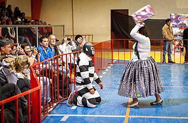Lucha Libre. Combat between El Prisionero and the cholita Angela la folclorista, wrestlers ,Sports center La Ceja, El Alto, La Paz, Bolivia