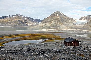 Governor's cabin at Trinityhamn, Magdalenefjord, Svalbard, Norway, Scandinavia, Europe