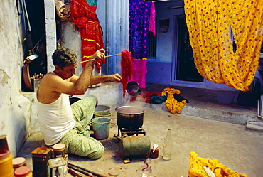 Man tie dyeing cotton, Bhuj, Kutch, Gujarat State, India