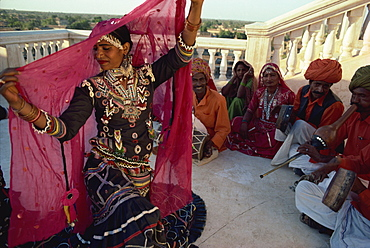 Traditional Kalbalia dance troupe, Rajasthan state, India, Asia