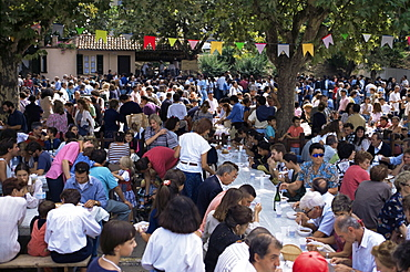 Al fresco eating at annual Autumn Wine and Food Fair, Asti, Piedmont, Italy, Europe