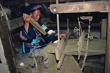 Weaving hemp for mosquito nets, Bouyoi village, Anshun area, Guizhou, China, Asia