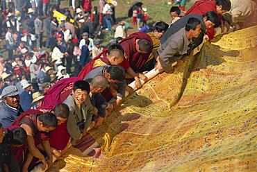 Rolling the thangka, Kumbum Monastery, Qinghai, China, Asia