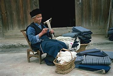 Bouyei weaver winding handspun cotton, Guizhou, China, Asia