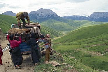 Moving tent to new pastures, near Nangqen, Qinghai, China, Asia