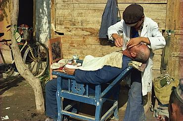 Barber, Kashgar, Sinjiang province, China, Asia