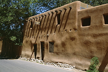 Adobe house in Barrio de Amalco, one of the oldest continuously inhabited streets in the U.S.A., settled in the early 1600s, Santa Fe, New Mexico, United States of America (U.S.A.), North America