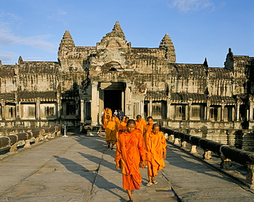Buddhist monks in saffron robes, Angkor Wat, Angkor, UNESCO World Heritage Site, Siem Reap, Cambodia, Indochina, Southeast Asia, Asia