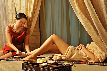 Treatment for feet with herbal pouch, Chi Spa at the Shangri-La Mactan Resort and Spa in Cebu, Philippines, Southeast Asia, Asia