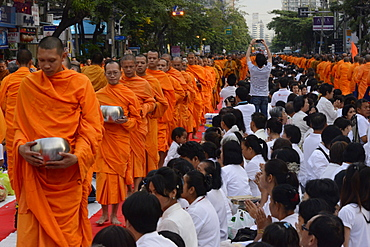 2555 monks gather in Soi 55, Sukhumvit Road to mark the end of Buddhist year 2555, Bangkok, Thailand, Southeast Asia, Asia