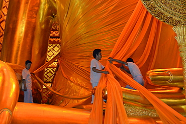 Offering of monks clothes to the Buddha image, Wat Phanan Choeng, Ayutthaya, UNESCO World Heritage Site, Thailand, Southeast Asia, Asia