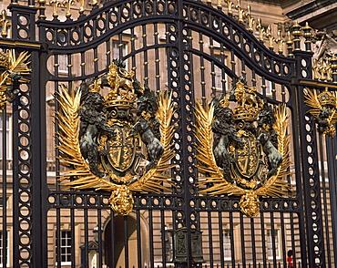 Entrance gates, Buckingham Palace, London, England, United Kingdom, Europe